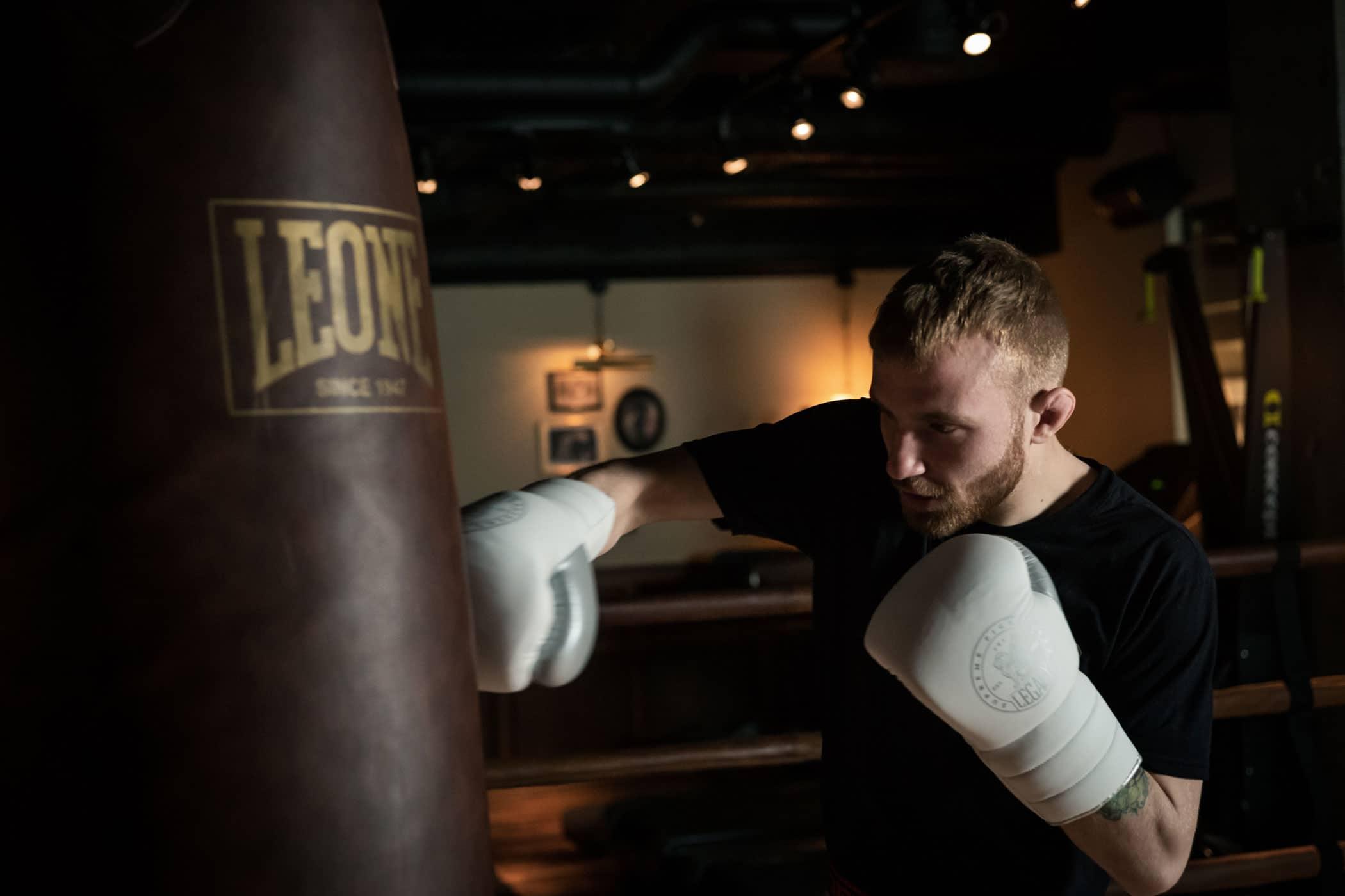 Nicholas Bryant kör boxning på Leone boxningssäck