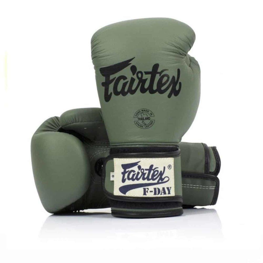 Boxningshandskar från Fairtex i militärgrön färg med kardborrelåsning. F-day är en hyllning till alla militärer i Världen