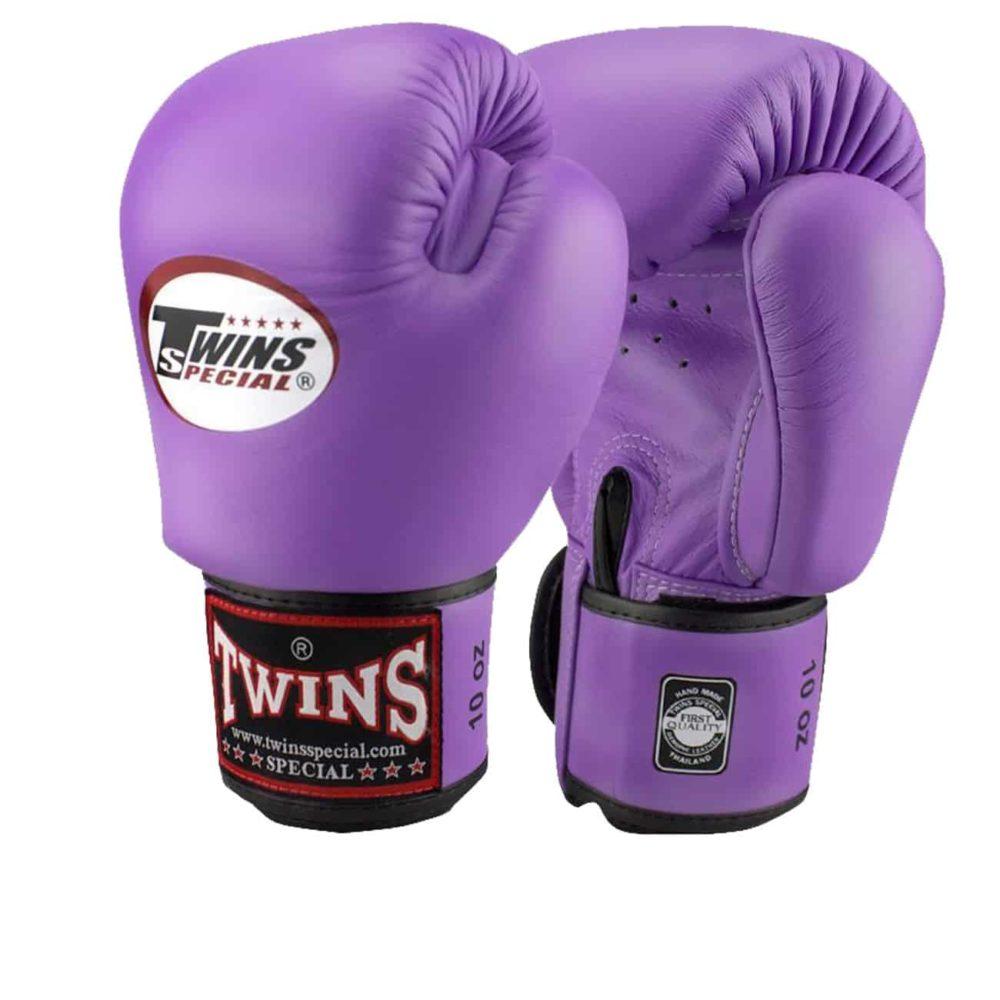Boxningshandskar från Twins i lila färg, kardborrelåsning och gjorda i 100% läder
